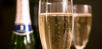 bouteille et verres de Champagne