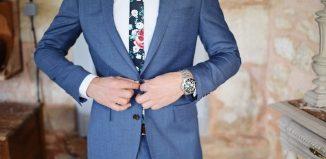 costume bleu avec cravate à flaur