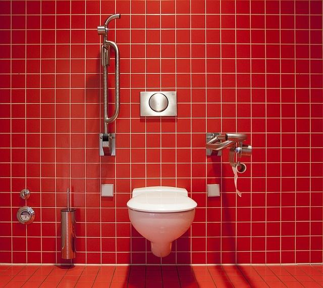 Toilettes rouges
