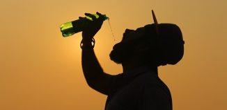 homme qui boit de l'eau